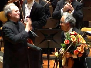Manfred Honeck applauds Isaias Zelkowicz (image from Arte.tv)